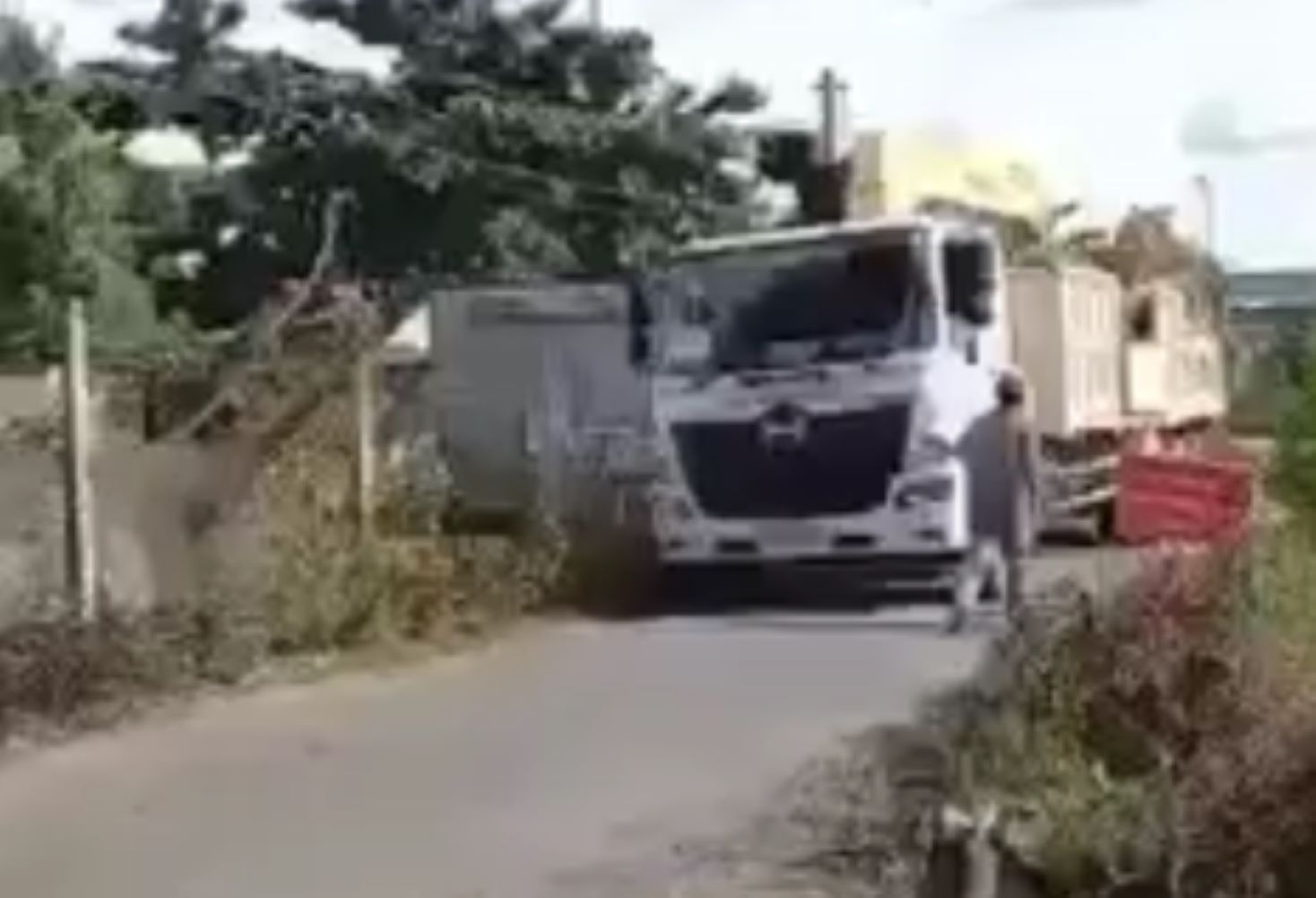 Theo người quay cIip, đoạn đường nông thôn chỉ cho phép xe 3,5 tấn Iưu thông