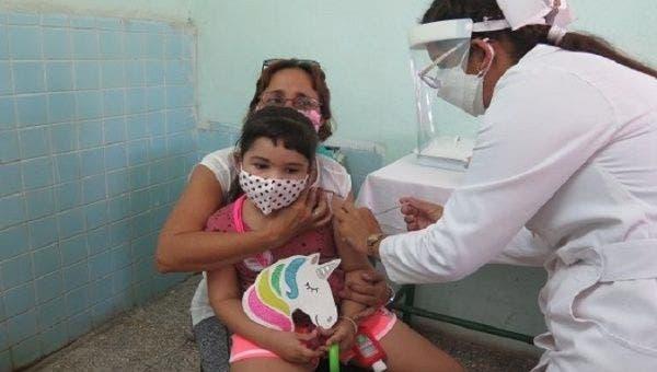 Một bé gái được tiêm vắc xin Sovereign 02 tại thành phố Cienfuegos, Cuba, ngày 6/9/2021 - Ảnh: Twitter/@guerrillero_cu
