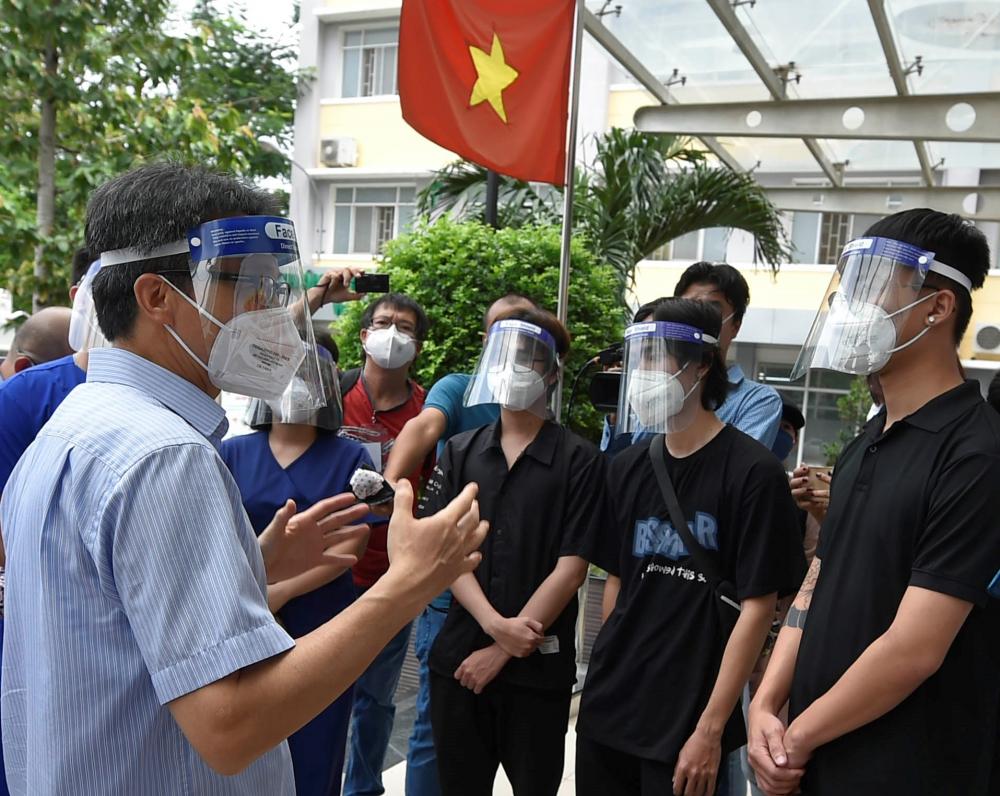 Phó Thủ tướng Vũ Đức Đam đến thăm, động viên các tình nguyện viên là F0 khỏi bệnh tại Bệnh viện Lê Văn Thịnh, TP. Thủ Đức.