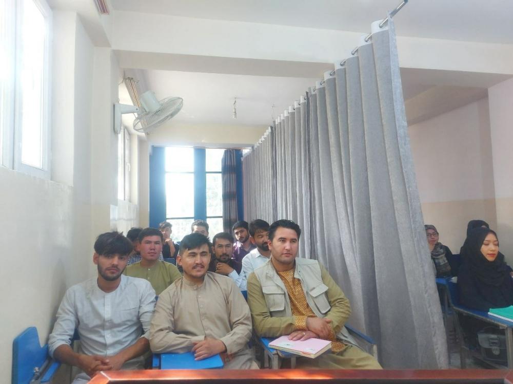 Một phòng học ngăn đôi tại Đại học Avicenna ở Kabul - Ảnh: Reuters/ Truyền thông xã hội