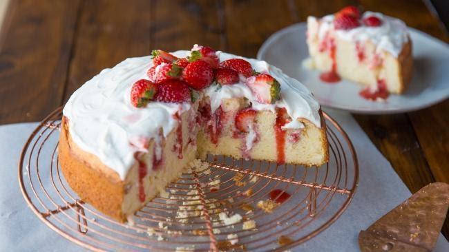 Poke cake đúng như tên gọi được tạo ra bằng cách chọc nhiều lỗ vào chiếc bánh, với một chiếc dĩa, đũa hoặc cán một chiếc thìa, tiếp theo đổ vào đó các loại hương liệu dạng lỏng tùy ý. Nó sẽ giữ cho bánh ẩm và tràn ngập hương vị bạn muốn.