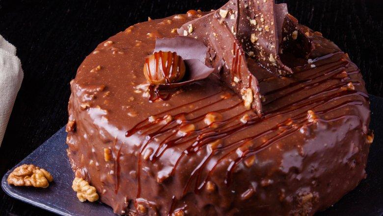 1988: Bánh lớp praline sô cô la, Cuộc thi Pillsbury Bake-Off đã giới thiệu chảo Bundt đến đất nước này vào năm 1966, và vào năm 1988, nó đã giới thiệu một ngôi sao khác. Chiếc bánh lớp sô cô la praline trông khó làm hơn nhiều so với thực tế, và nó còn có vị ngon hơn nữa. Công thức của Julie Bengtson cho một chiếc bánh thực phẩm của Quỷ với lớp hồ đào có đường và kem đánh bông đã chứng minh rằng hỗn hợp bánh đóng hộp chắc chắn không gây nhàm chán và bánh nhiều lớp không khó. Không có gì ngạc nhiên khi nó là một hit lớn!    Read More: https://www.mashed.com/102706/popular-cake-year-born/?utm_campaign=clip