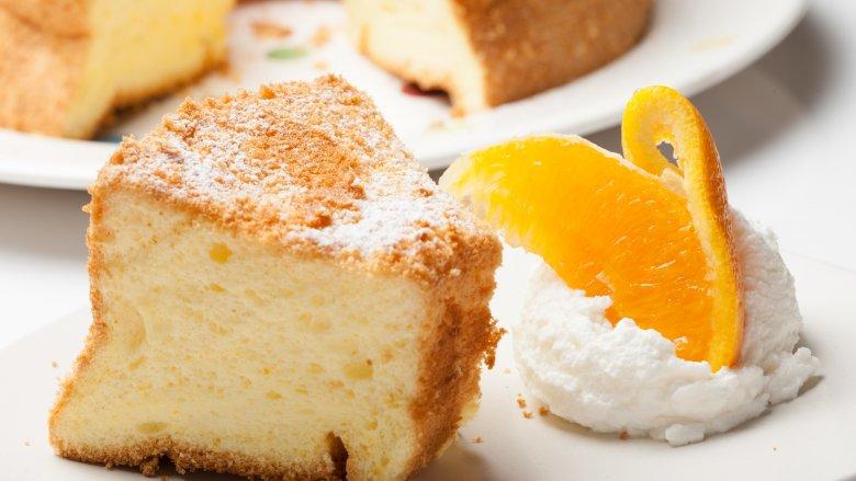 1948-1956: Bánh chiffon: Bánh Chiffon là một loại bánh nhẹ, không có sữa, trông rất giống Angel Food. Nó có cùng một kết cấu xốp, nhưng chiếc bánh này được làm bằng cả lòng trắng và lòng đỏ trứng, cùng với nước hoa quả. Nó cũng có một cái gì đó của một lịch sử tồi tệ, The Rake nói . Lịch sử của chiếc bánh bắt nguồn từ những năm 1920, và đó là sự sáng tạo của một thợ làm bánh siêu bí mật tên là (và chúng tôi không làm ra điều này) Harry Baker. Ông đã bán công thức của mình cho Betty Crocker vào năm 1948 và khi ông làm vậy, chiến dịch tiếp thị sau đó đã biến bánh chiffon trở thành một trong những xu hướng thực phẩm mới mở ra vào những năm 1950. Trong nhiều năm, những chiếc bánh chiffon cam và chanh là niềm tự hào và niềm vui của nhiều đầu bếp tại gia, và là vinh quang tột đỉnh mà những vị khách Ooh'ed và Aah'ed dành cho bữa tối.    Read More: https://www.mashed.com/102706/popular-cake-year-born/?utm_campaign=clip