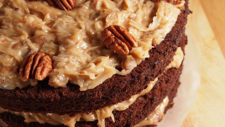 1957-1960: Bánh sô cô la Đức: NPR cho biết bánh sô cô la của Đức thực ra không phải của Đức, và thay vào đó được đặt tên cho Sam German, người sáng tạo ra loại sô cô la nướng ngọt có tên gọi là German's Chocolate. Mặc dù sô cô la được tung ra thị trường vào năm 1852, nhưng phải đến năm 1957, nó mới trở nên cực kỳ phổ biến - và bản thân người Đức cũng không có gì để làm điều đó. Khi một thợ làm bánh ở Texas gửi công thức làm bánh sô cô la của cô ấy đến một tờ báo Dallas, mọi người đã thử làm cho chính họ và hoàn toàn yêu thích nó. Sô cô la làm bánh ngọt của Đức là thành phần chính, và món bánh này rất phổ biến, doanh số bán hàng của họ đã tăng khoảng 73%.    Read More: https://www.mashed.com/102706/popular-cake-year-born/?utm_campaign=clip