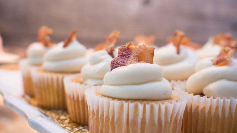 2001-2007: Bánh thịt xông khói, Thật khó để nói khi nào thịt xông khói trở thành món ăn nổi tiếng trong thế kỷ 21, nhưng theo National Pork Board (thông qua Time ), nó thực sự bắt đầu vào năm 2001 với doanh số bán thịt xông khói tăng 25%. Điều đó bao gồm thịt xông khói được sử dụng cho mọi thứ, nhưng chúng ta ở đây để nói về bánh thịt xông khói. Đã có những công thức làm bánh thịt xông khói phong, bánh ngọt thịt xông khói và bánh việt quất, bánh ngọt thịt xông khói bourbon, và bánh ngọt với đường nâu và thịt lợn muối xông khói. Bánh ngọt và bánh nướng nhỏ, không thành vấn đề - thịt xông khói là vua. Bánh thịt xông khói vẫn còn được thưởng thức ngày nay, nhưng không ở mức độ như lúc đó.    Read More: https://www.mashed.com/102706/popular-cake-year-born/?utm_campaign=clip   Read More: https://www.mashed.com/102706/popular-cake-year-born/?utm_campaign=clip