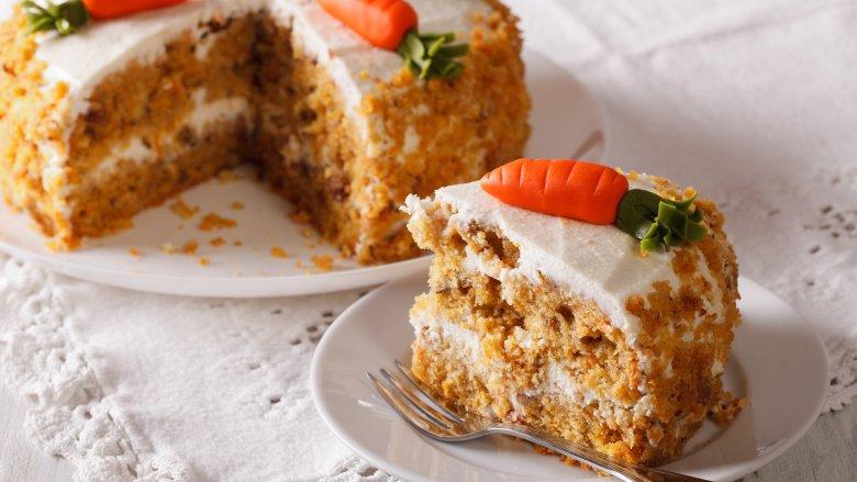 1967-1971: Bánh cà rốt, Mọi người đã thực sự làm các món tráng miệng đầy cà rốt từ thời Trung cổ, và Cake Spy cho biết lịch sử ẩm thực được đánh dấu bằng sự trỗi dậy phổ biến của cà rốt trong các món ngọt và mặn. Nhưng bánh cà rốt đã có một sự phổ biến mạnh mẽ khi nhiều thập kỷ chuyển từ những năm 1960 sang những năm 1970, vì một số lý do. Cho đến cuối những năm 1960, kem phủ phô mai mà chúng ta biết và yêu thích ngày nay đã trở thành lựa chọn hàng đầu để phủ lên bánh cà rốt, và thành thật mà nói ở đây - chính là lớp phủ tạo nên nó. Cùng với việc một đất nước ngày càng có ý thức về sức khỏe, và bánh cà rốt đã trở nên phổ biến. Nó cũng ở gần đỉnh trong nhiều năm, bởi vì cà rốt làm cho nó tốt cho sức khỏe, phải không?    Read More: https://www.mashed.com/102706/popular-cake-year-born/?utm_campaign=clip