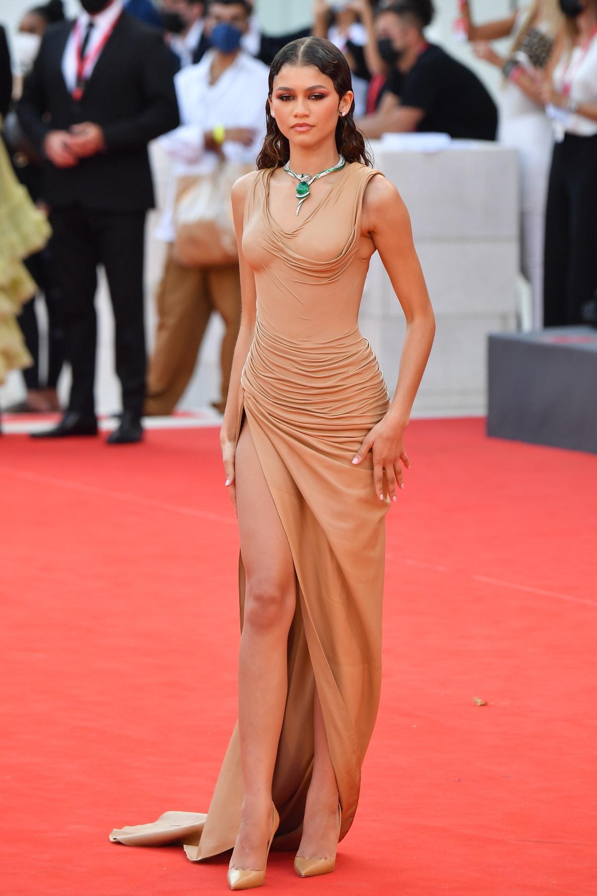 Độc đáo, tinh tế trên thảm đỏ LHP Venice lần này không thể không nhắc đến Zendaya. Bộ váy màu nude, trông như ướt sũng, ôm sát cơ thể giúp người đẹp phô diễn tối đa đường cong của cơ thể. Cô kết hợp với mốt tóc ướt, trang sức kim cương càng tăng thêm sự cuốn hút.