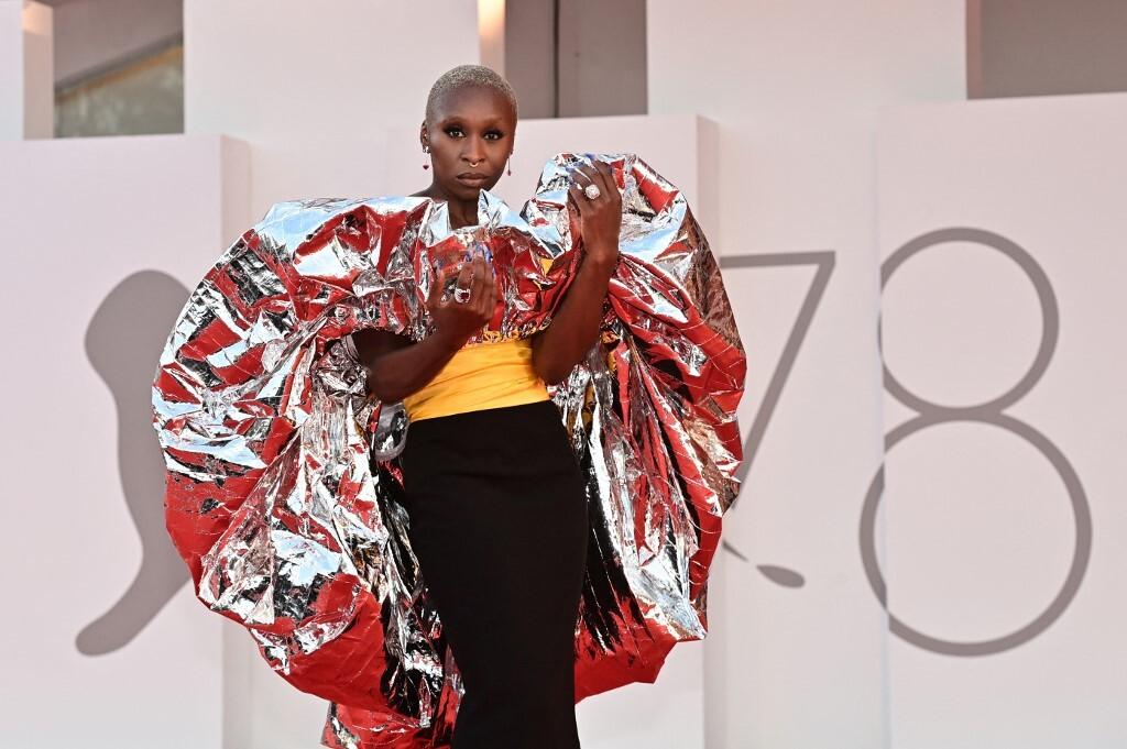 Diễn viên Cynthia Erivo gây chú ý trên thảm đỏ với bộ đầm quây ngực được tạo điểm nhấn bằng chi tiết quá khổ ở phần vai với tông ánh bạc nổi bật.