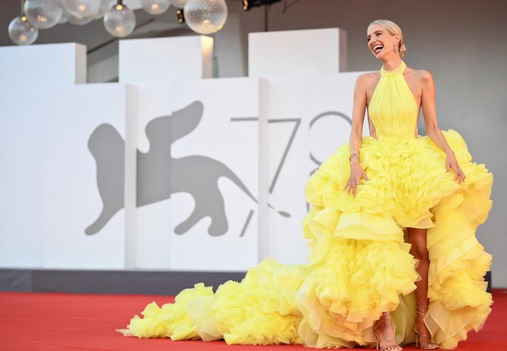 Người mẫu Leonie Hanne là một trong những ngôi sao có trang phục cầu kỳ nhất khi xuất hiện ở thảm đỏ LHP Venice.