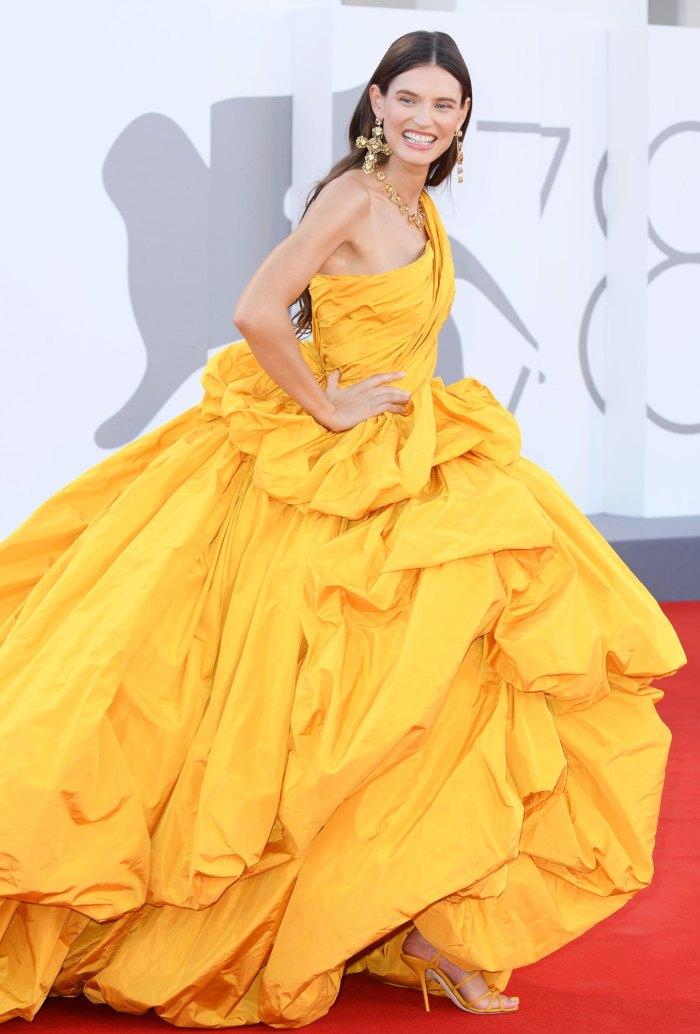 Một số góc chụp cho thấy nữ người mẫu, diễn viên như đang cố nê chiếc váy vì khối lượng quá nặng.