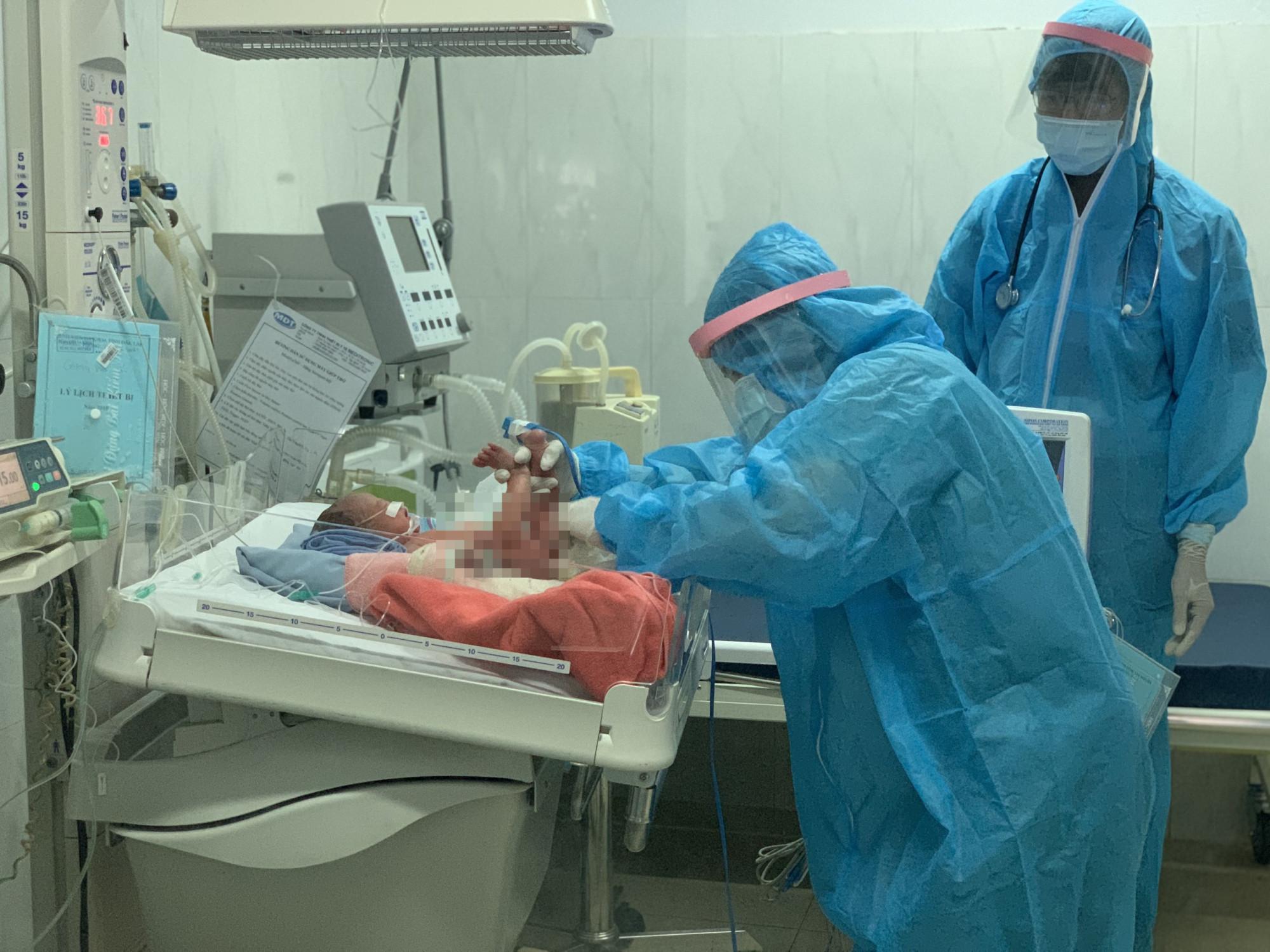 Sau khi phẫu thuật lấy thai, cháu bé được chăm sóc đặc biệt (Ảnh: Tú Anh)