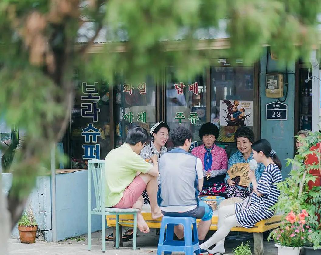 Hình ảnh những người hàng xóm tại làng gặp gỡ, trò chuyện nhau mỗi ngày.