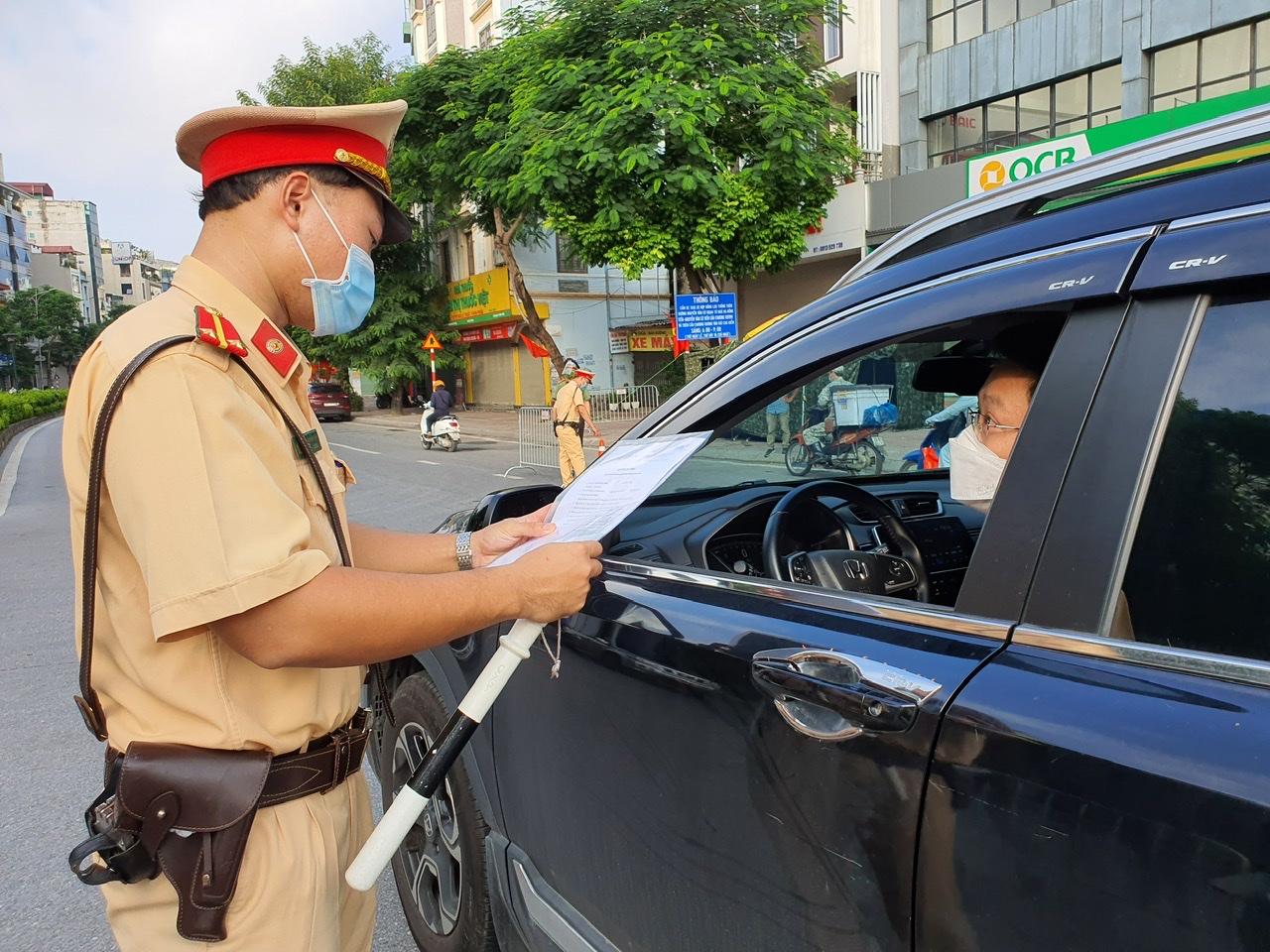 Theo Bí thư Thành uỷ Đinh Tiến Dũng, Hà Nội sẽ tạm thời sử dụng giấy đi đường đã cấp.