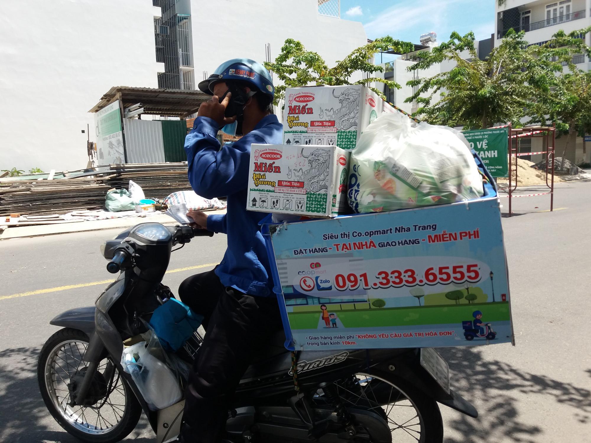 Nhân viên của siêu thị giao hàng cho người dân ở TP. Nha Trang