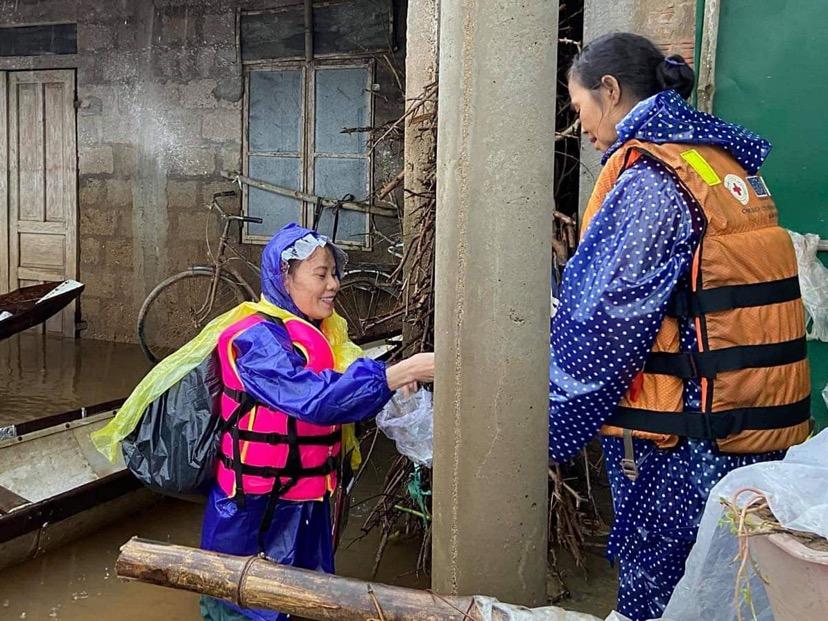 Bà Ngọc Hương (trái) hỗ trợ người dân vùng lũ Quảng Bình