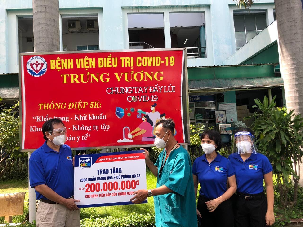 Ông Nguyễn Hữu Hoạt (trái) trao tặng trang thiết bị y tế cho bệnh viện Trưng Vương. Ảnh: Nhà sách Phương Nam