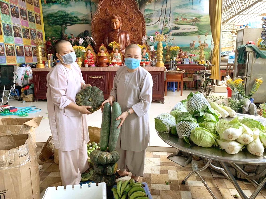 Các ni sư chùa Thiên Linh, P.Thạnh Xuân, Q.12 chuẩn bị rau củ quả tiếp tế cho người dân khó khăn