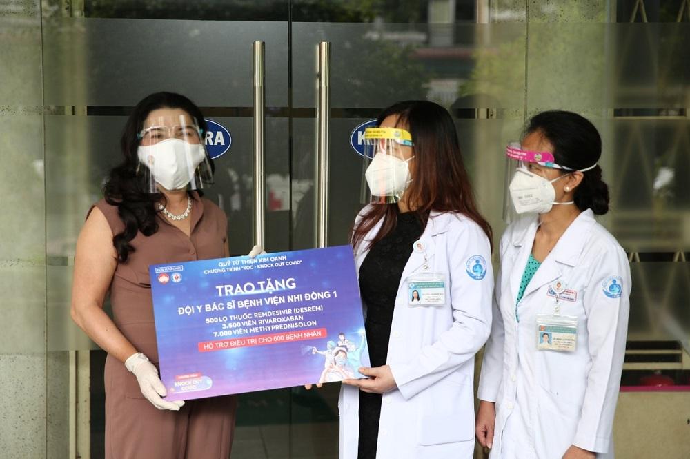 Bà Đặng Thị Kim Oanh trao tặng thuốc tại Bệnh viện Nhi Đồng 1 - Ảnh: Quỹ từ thiện Kim Oanh