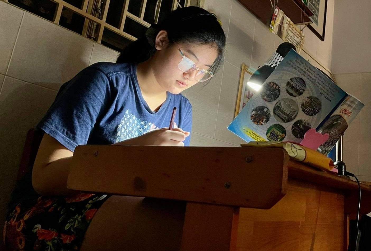 Học sinh học trực tuyến tại TPHCM vì COVID-19. Ảnh: Quốc Ngọc