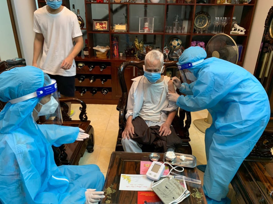 Nhân viên y tế đến tận nhà tiêm ngừa cho người trên 65 tuổi