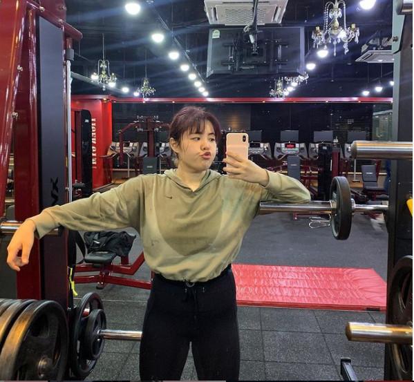 """Chia sẻ trên kênh YouTube và Instagram cá nhân của mình, Yang Soobin cho biết bản thân đã cố gắng """"khóa miệng"""" thực hiện chế độ ăn kiêng gắt gao, chăm chỉ với các bài tập thể dục từ nhẹ đến nặng ở phòng gym. Ban đầu khá khó khăn với cô khi trước đây cô khá lười vận động nhưng với quyết tâm của mình Yang Soobin đã từng bước hoàn thành các giáo án ép cân."""