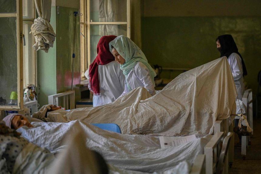 Các y tá được nhìn thấy đang chăm sóc bệnh nhân tại một bệnh viện ở Kabul vào ngày 1 tháng 9 năm 2021