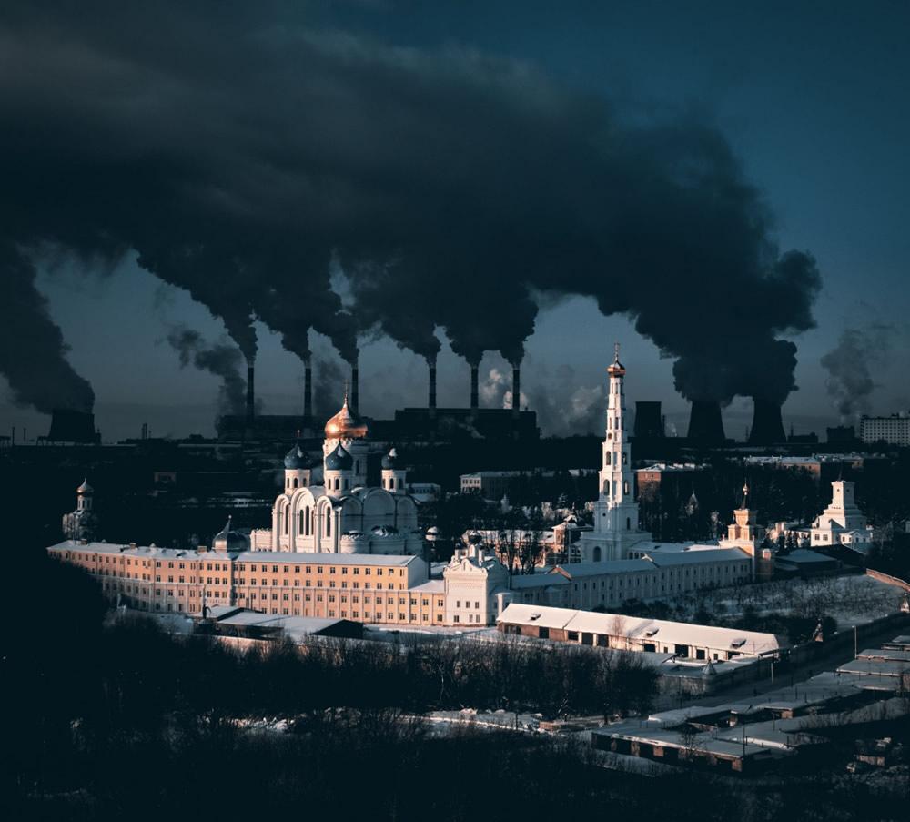 Tác giả Sergei Poletaev được trao giải nhất hạng mục đô thị. Bức ảnh chụp một tu viện cổ có tuổi đời khoảng 500 năm ở thủ đô Moscow (Nga) và nhà máy điện lớn ở phía sau.