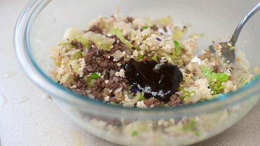 Cho hỗn hợp rau và thịt bò xay vào tô lớn cùng với hoisin và muối. Khuấy để kết hợp. Nêm nếm và điều chỉnh gia vị nếu cần.