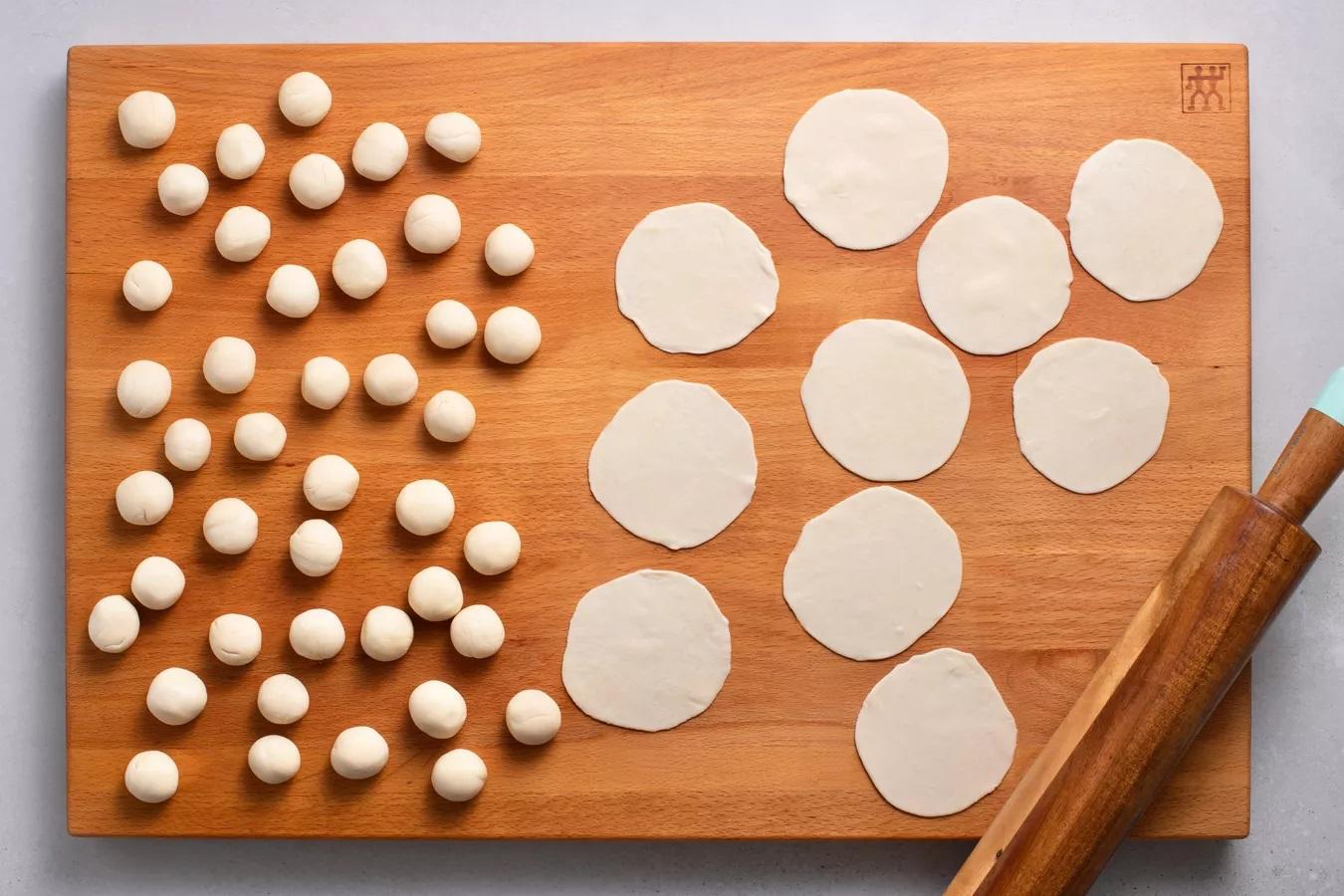 Chia bột thành 60 miếng, mỗi miếng nặng khoảng 15 gram. Cán từng viên bột thành hình tròn đường kính khoảng 3 inch, dùng bột mì nhẹ lên bề mặt khi cần để bột không bị dính.