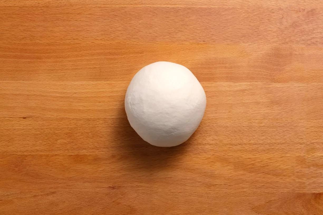 Nhào bột một lần nữa cho đến khi tạo thành một khối bóng mịn.
