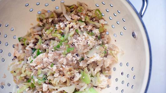 Cắt nhỏ giá đỗ, hành lá, tỏi rồi cho bắp cải vào chảo. Vắt bớt nước khỏi đậu phụ và dùng nĩa tán nhuyễn. Thêm vào chảo và tiếp tục nấu trong 3 phút. Để ráo hỗn hợp rau trong một cái chao.