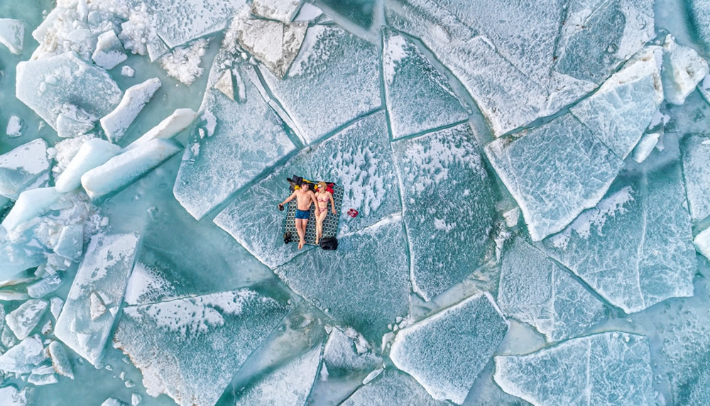 Bức ảnh về nhì thuộc về tác giả Alexandr Vlassyuk, ghi lại cảnh hai người đang nằm trên vùng biển đầy băng tuyết.