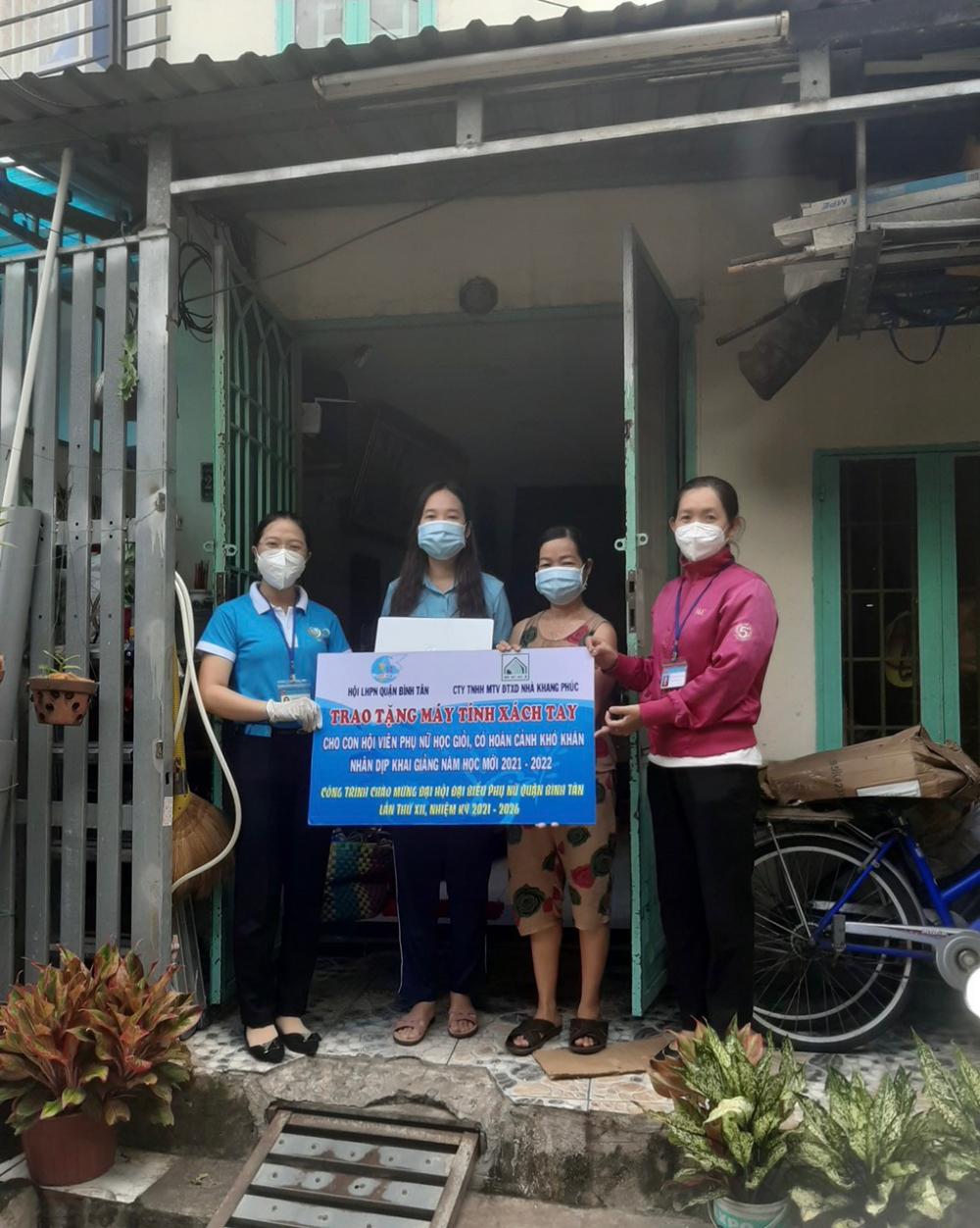 Hội LHPN Q.Bình Tân trao tặng máy tính xách tay cho sinh viên khó khăn.