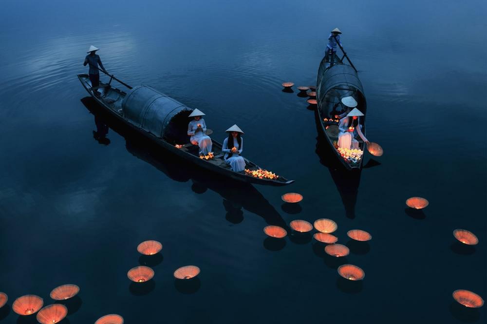 Ở hạng mục này còn có nhiều tác phẩm cùa tác giả Việt Nam được BTC đánh giá cao, giới thiệu cho công chúng chiêm ngưỡng. Đây là ảnh của tác giả Bùi Phú Khánh, chụp những cô gái mặc áo dài trắng thả đèn hoa đăng để cầu nguyện.