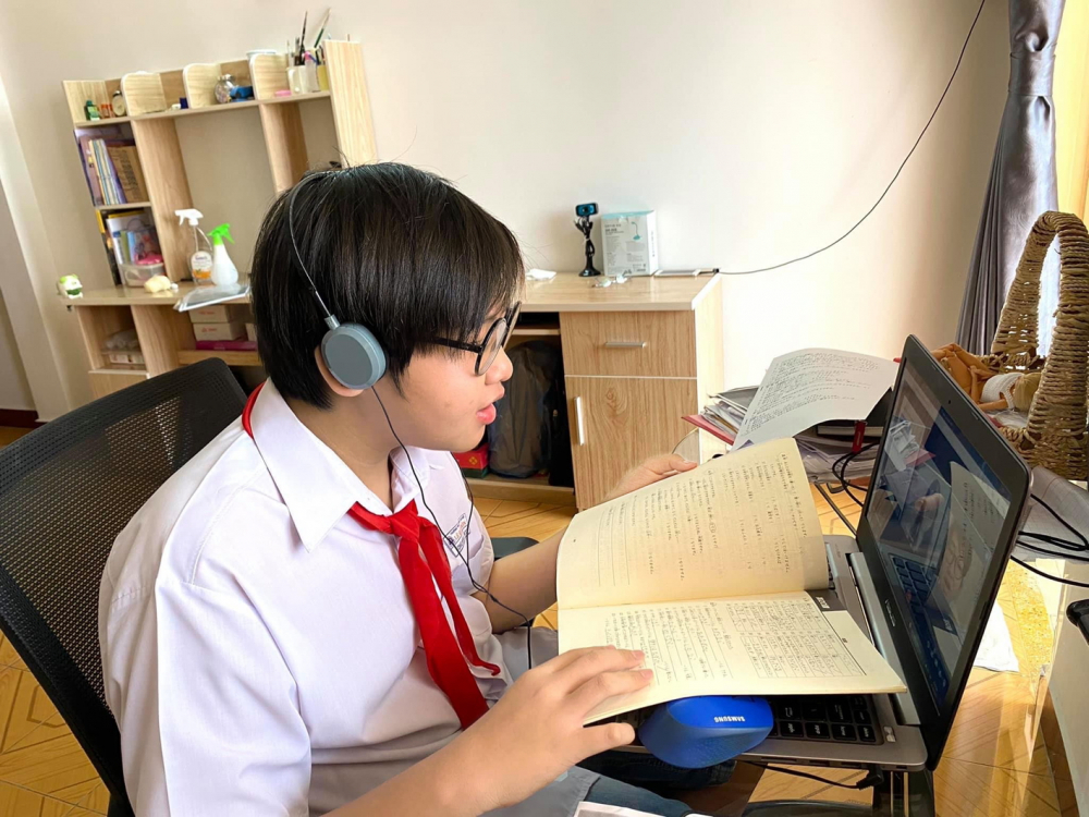 Ngành giáo dục TP.HCM đang nỗ lực tìm giải pháp hỗ trợ thiết bị cho các em học sinh có hoàn cảnh khó khăn - ẢNH: TIÊU HÀ