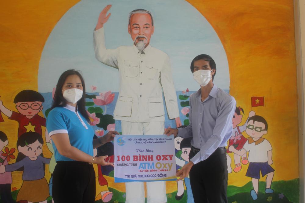 Bà Huỳnh Thị Kim Ân- Chủ tịch Hội LHPN H. Bình Chánh trao kinh phí hỗ trợ cho trạm ATM oxy huyện Bình Chánh