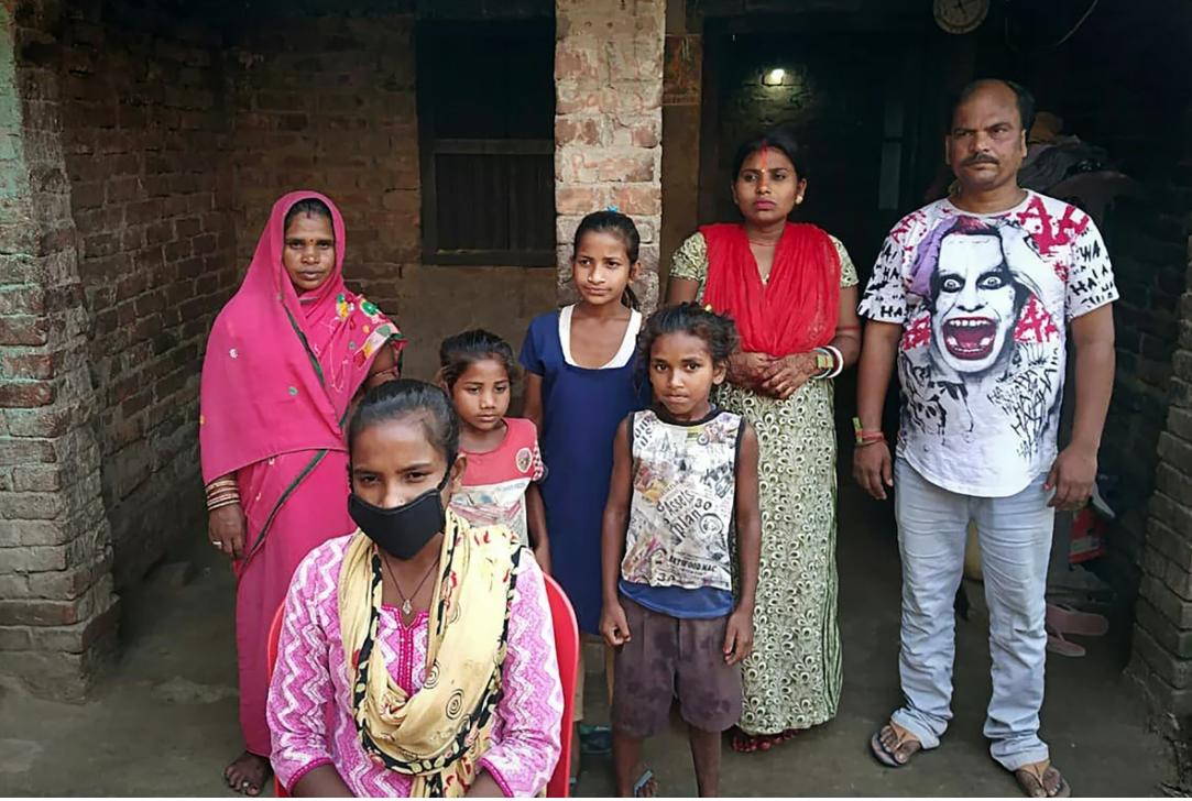 Gia đình Jyoti Kumari trước căn nhà mới xây lại ở Sirhulli