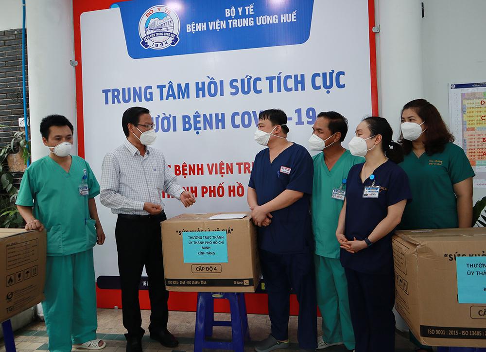 Ông Phan Văn Mãi trao tặng quà, thiết bị bảo hộ cho trung tâm