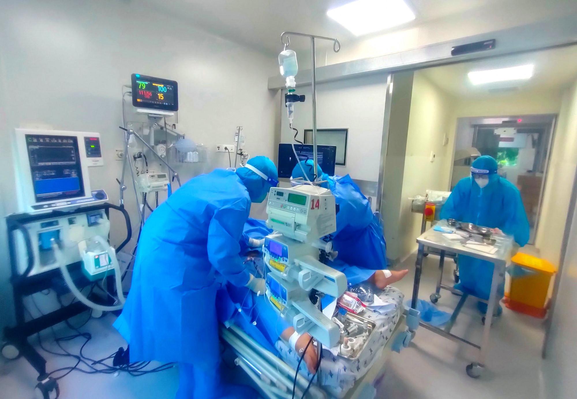 Trẻ mắc COVID-19 rơi vào tình trạng nguy kịch được điều trị tại BV Nhi đồng Thành phố