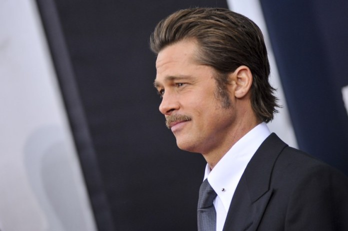 Sideburns là phần tóc hai bên chỗ phía dưới thái dương được nuôi dài và vén gọn gàng phía sau tai. Tiếc là, nhìn thì đẹp là thế nhưng không phải ai cũng may mắn sở hữu phần tóc này gọn gàng và vào nếp ngoan ngoãn như của Brad Pitt. Nếu thích, bạn có thể kiên nhẫn nuôi dài và dùng sản phẩm để cố định việc tạo kiểu, bằng không hãy cắt phăng nó đi cho gọn gàng.
