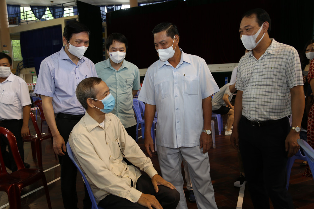 Chủ tịch UBND thành phố thăm hỏi, động viên người dân đang làm thủ tục tiêm vắc-xin.