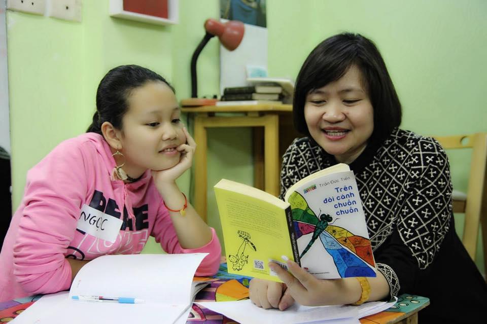 Tiến sĩ giáo dục -dịch giả Nguyễn Thụy Anh (phải) cho biết các chương trình đọc sách của CLB Đọc sách cùng con thời gian qua đều phải tổ chức online Nguồn ảnh: facebook nhân vật.