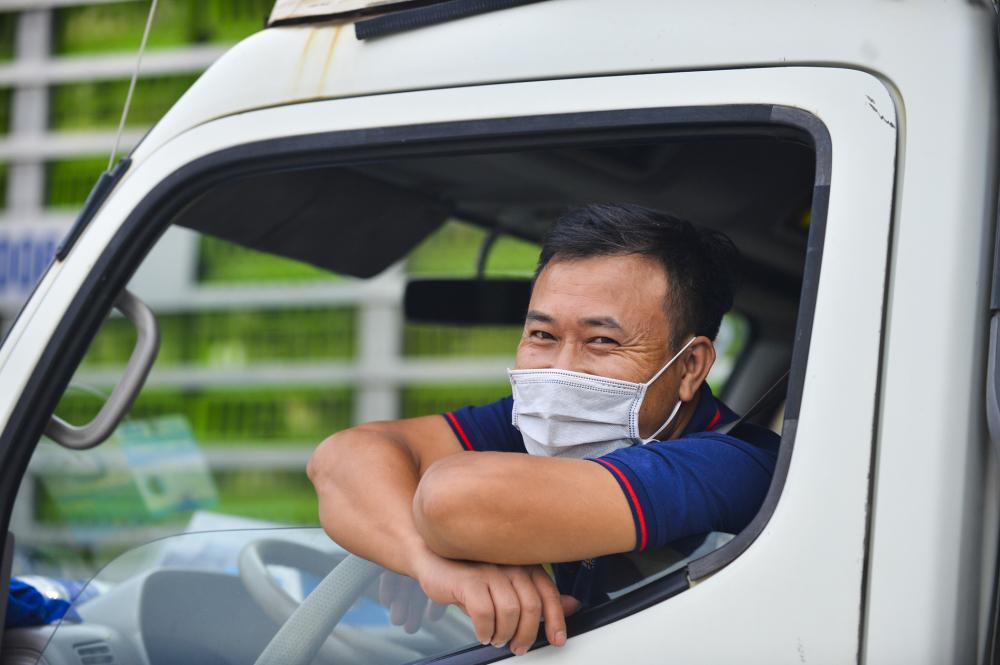 """Một tài xế cho biết:"""" anh đợi khoảng 30 phút do ùn tắc mới đi qua chốt thu phí này để chở vải xuống Nam Định""""."""