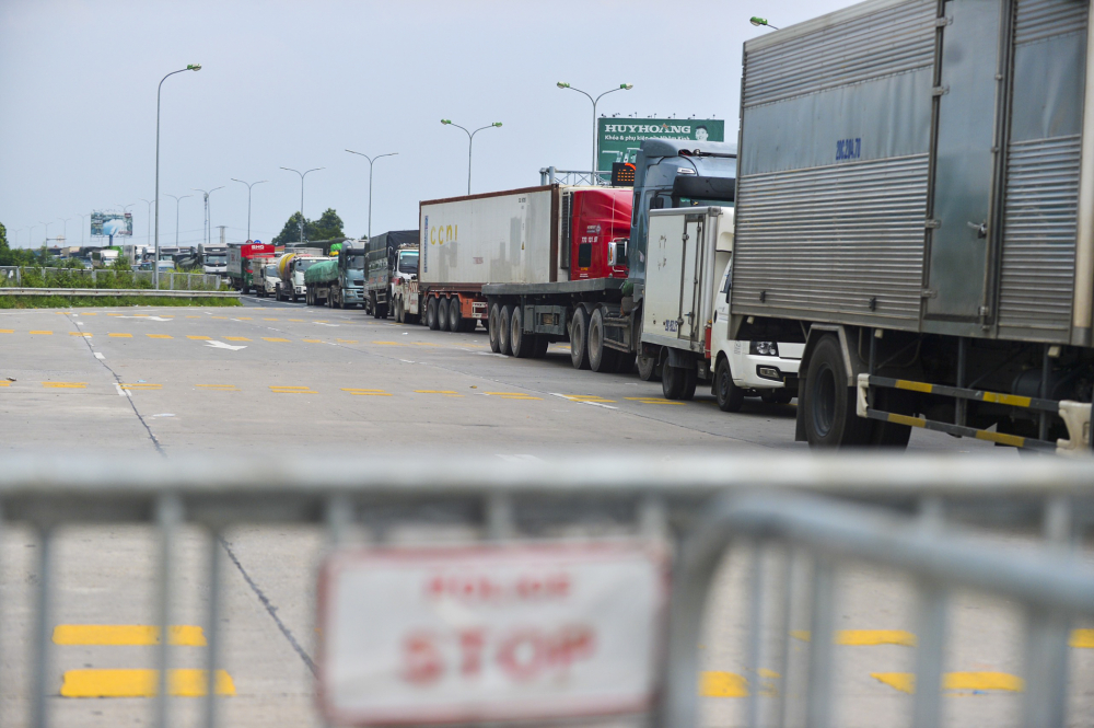Đến khoảng 17h00 cùng ngày, lượng phương tiện đi qua chốt mới thông thoáng do lực lượng chức năng xả trạm.