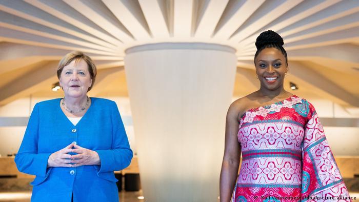 Thủ tướng Đức cùng nhà văn Chimamanda Ngozi Adichie tại lễ khai mạc liên hoan nữ quyền ở Düsseldorf (Đức) - Ảnh: DPA