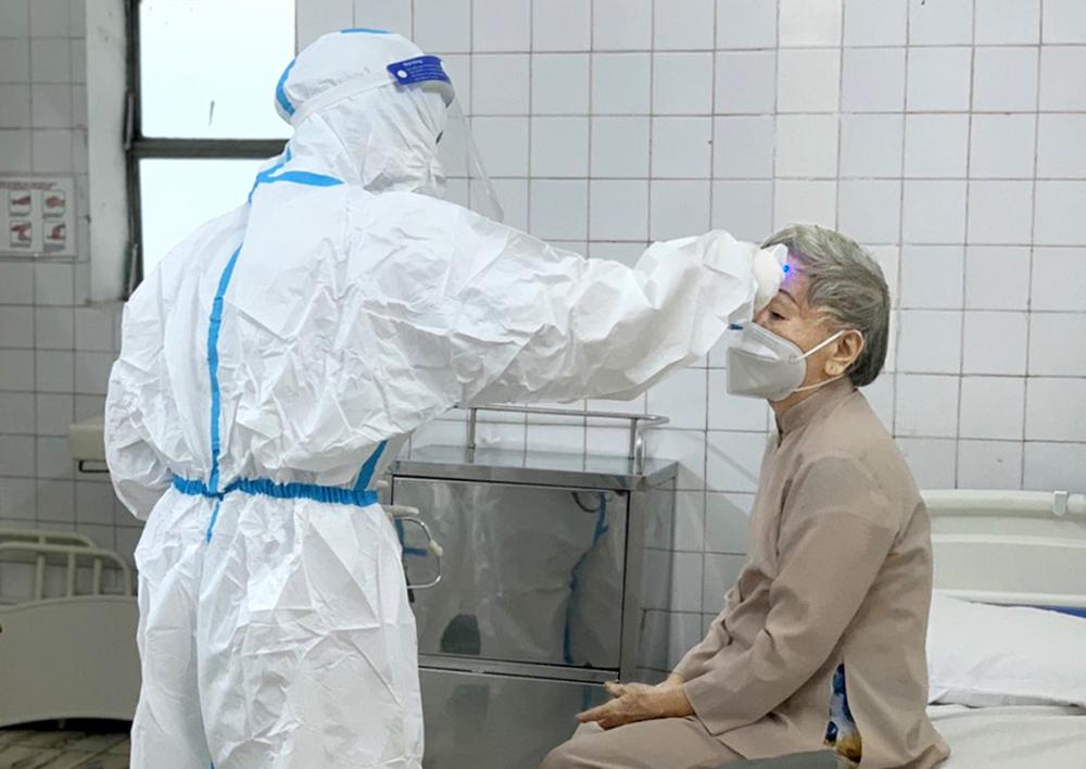 Bác sĩ của Bệnh viện Thống   TP.HCM chăm sóc bệnh nhân COVID-19 đã khỏi bệnh - ẢNH: PHẠM AN