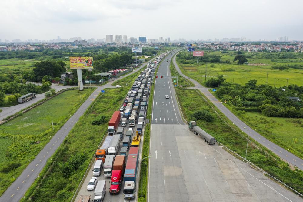 hiện tượng hàng dài phương tiện ùn tắc tại trạm chốt kiểm soát cao tốc Pháp Vân - Cầu Giẽ chiều vào Hà Nội.