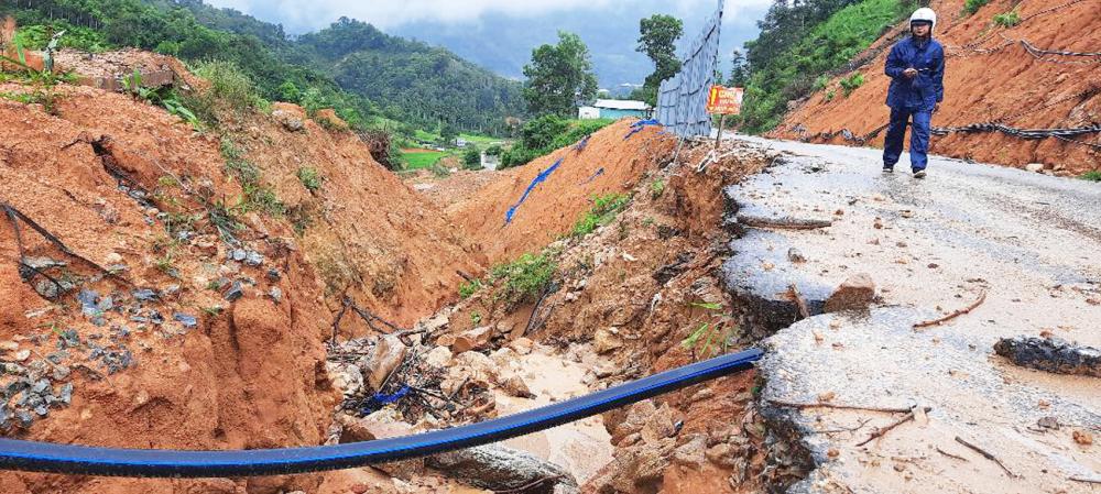Vết sạt lở cũ ở H.Phước Sơn, tỉnh Quảng Nam vẫn còn ngổn ngang trước mùa mưa lũ - Ảnh: Nguyễn Dương