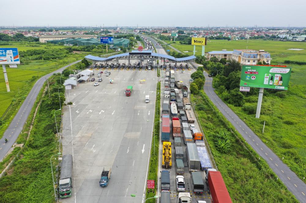 Hướng đi từ Hà Nội xuống các tỉnh phía nam cũng ùn tắc hàng trăm mét