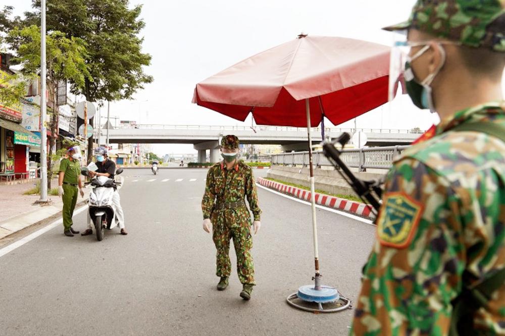 Quân đội được triển khai tại một trạm kiểm soát ở TP.HCM từ ngày 23/8 nhằm hỗ trợ phòng, chống dịch bệnh ẢNH: AFP